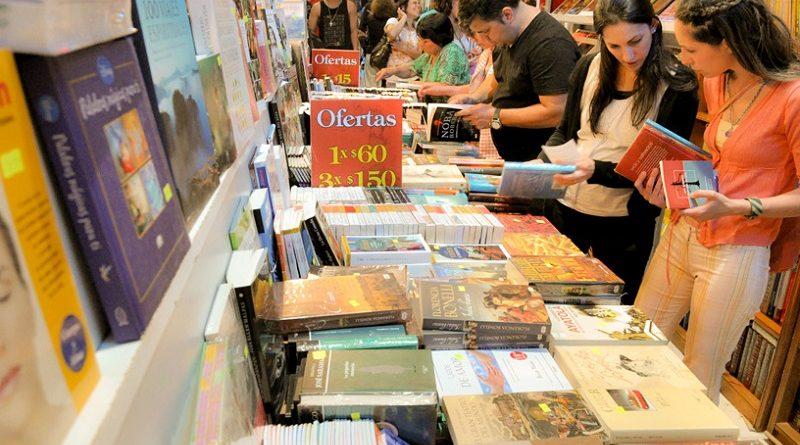Joven rionegrina en la Feria del Libro
